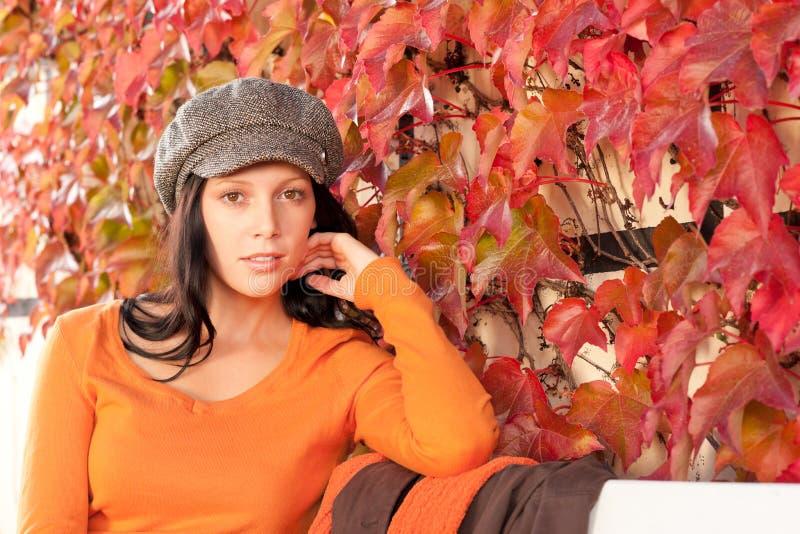детеныши женщины парка стенда осени ослабляя стоковые фотографии rf