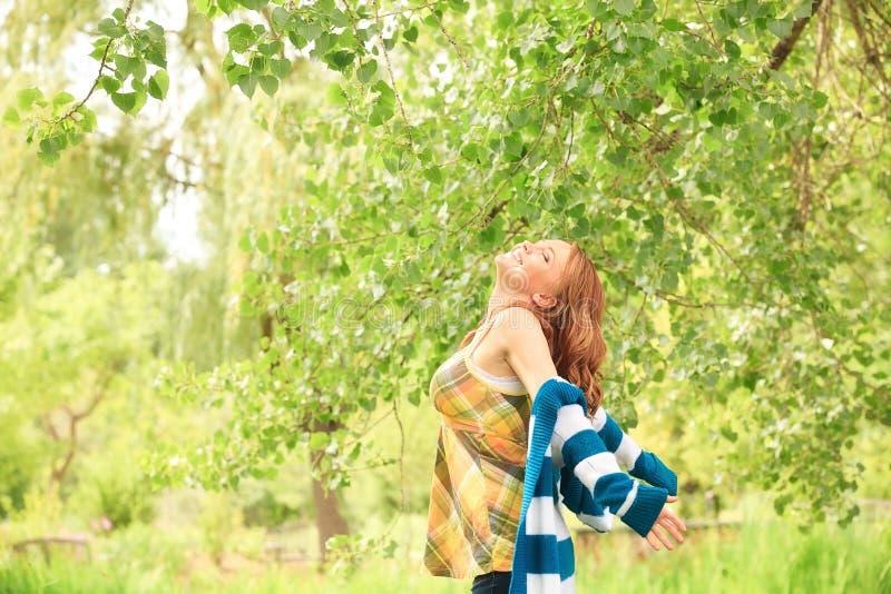 детеныши женщины парка стоковое фото