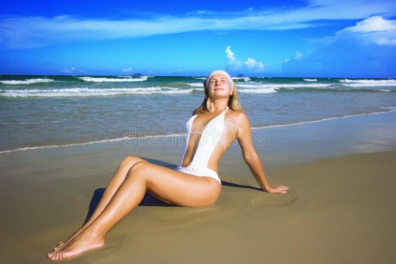 детеныши женщины пляжа стоковые фото