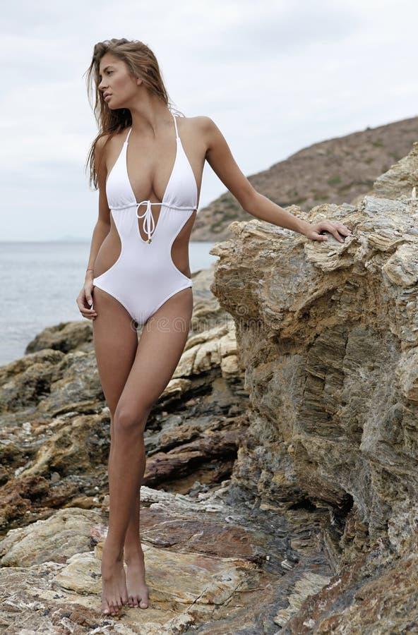 детеныши женщины пляжа preety стоковая фотография rf