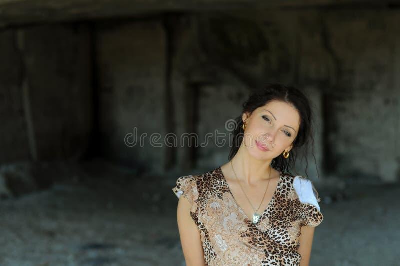 детеныши женщины подземелья стоковая фотография rf