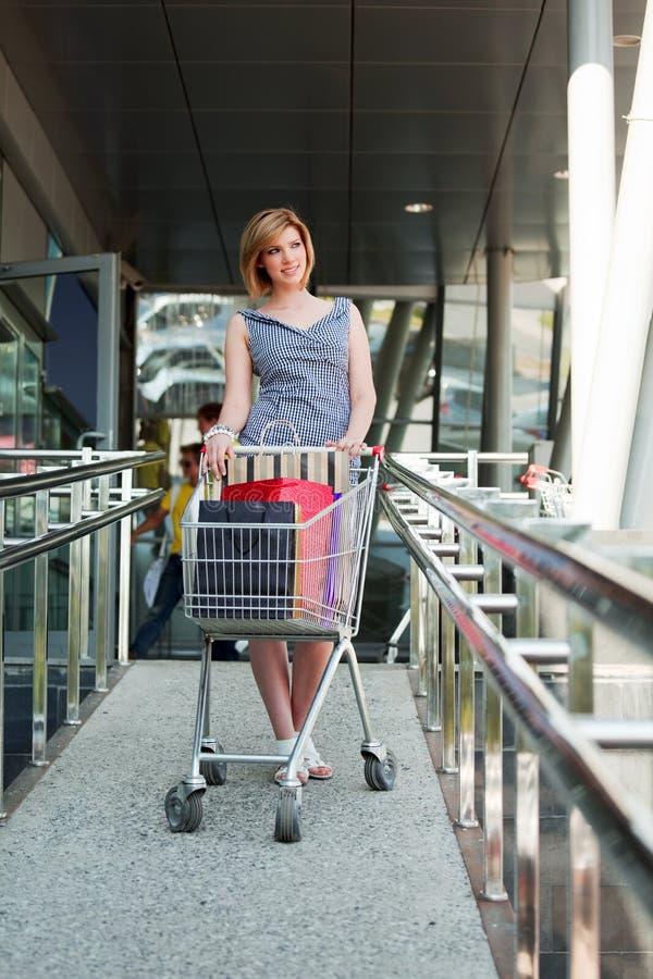 детеныши женщины покупкы тележки стоковые изображения rf
