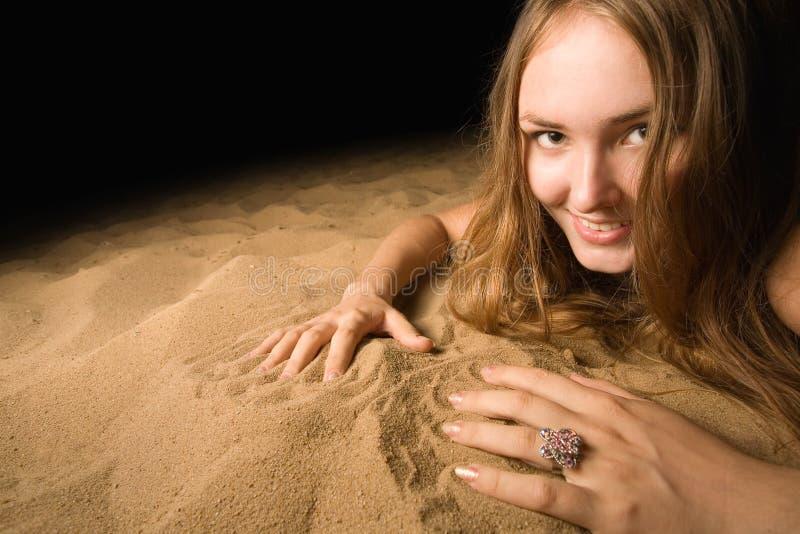 детеныши женщины портрета пляжа песочные стоковые изображения