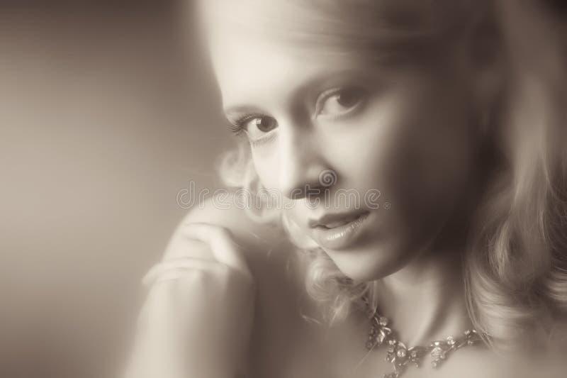 детеныши женщины портрета романтичные стоковое изображение