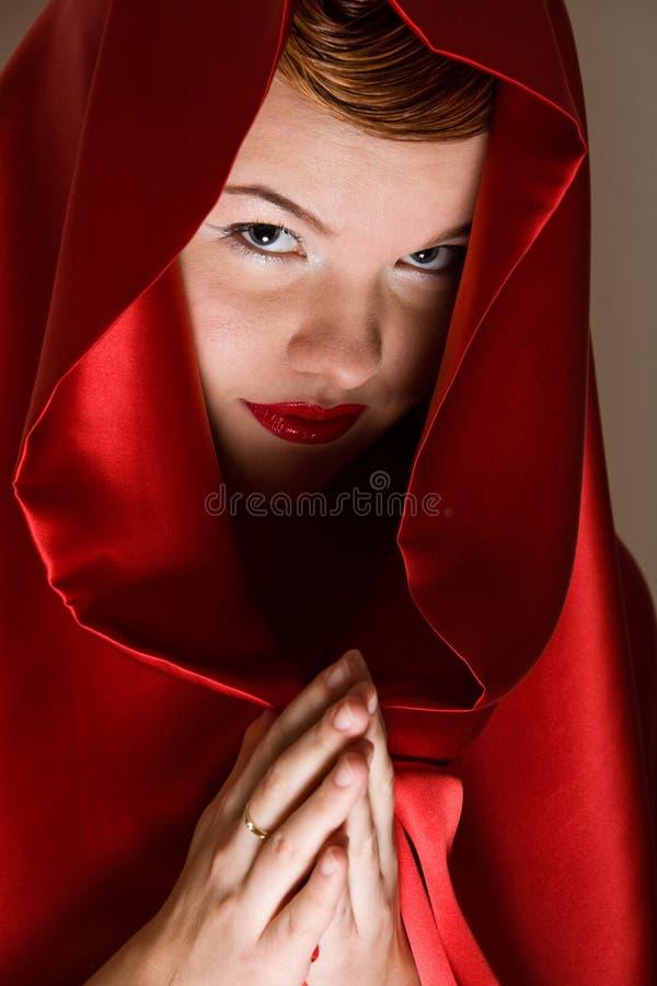 детеныши женщины привлекательного клобука красные стоковая фотография rf