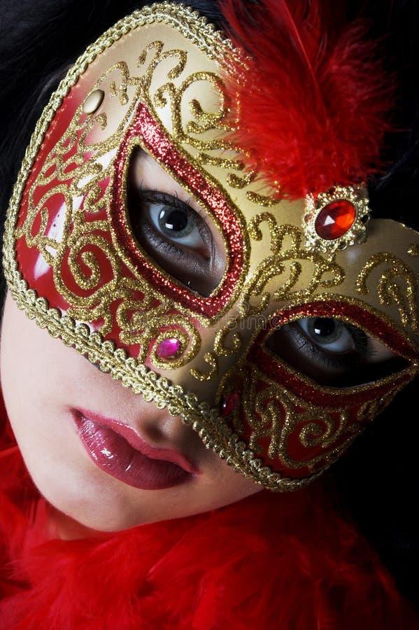 детеныши женщины привлекательного красивейшего портрета золота carniv нося стоковое изображение