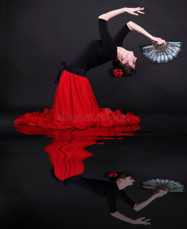 детеныши женщины привлекательного flamenco танцы испанские стоковое изображение