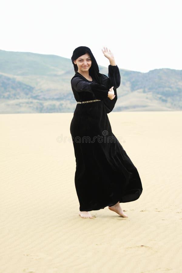 детеныши женщины пустыни танцы ся стоковая фотография rf