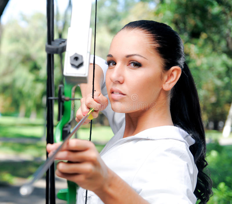 детеныши женщины смычка стрелок стоковая фотография rf