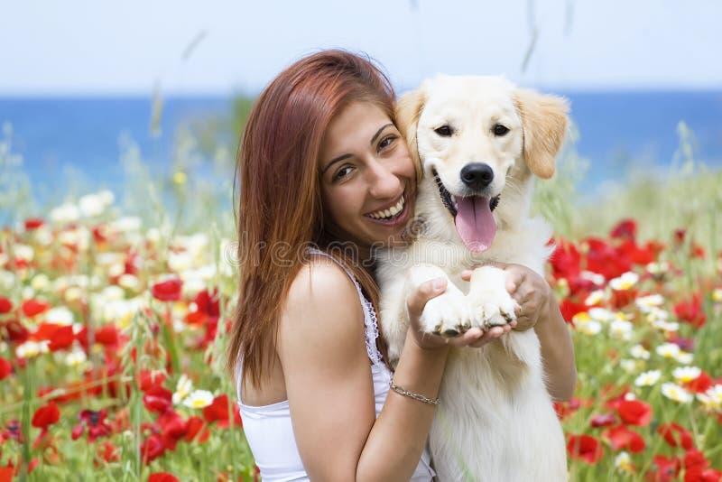 детеныши женщины собаки счастливые стоковые фото