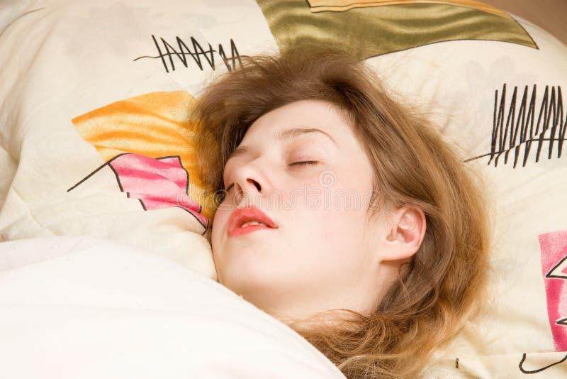 детеныши женщины спать стоковая фотография