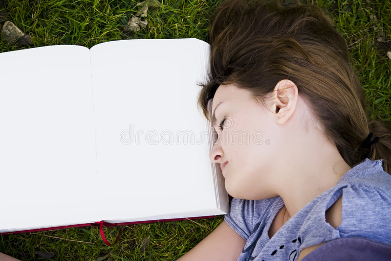 детеныши женщины спать стоковое фото rf