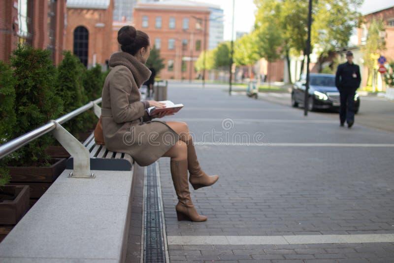 детеныши женщины стенда сидя стоковое изображение