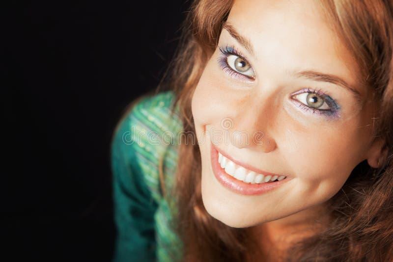детеныши женщины стороны содружественные счастливые радостные стоковая фотография