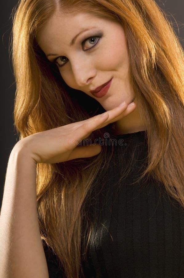 детеныши женщины студии портрета волос красные стоковые изображения rf