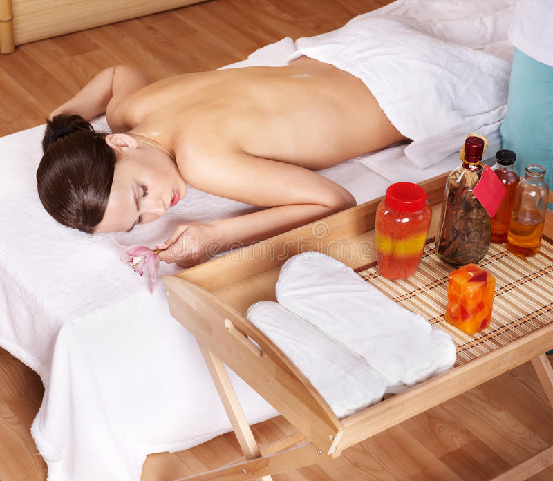 детеныши женщины таблицы спы массажа красотки стоковое фото