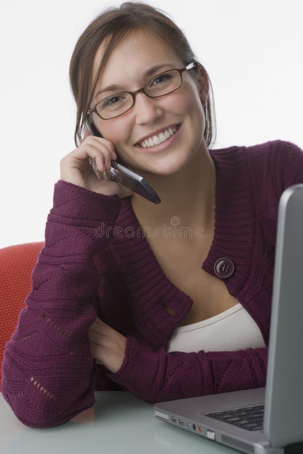 детеныши женщины телефона компьтер-книжки клетки стоковое фото