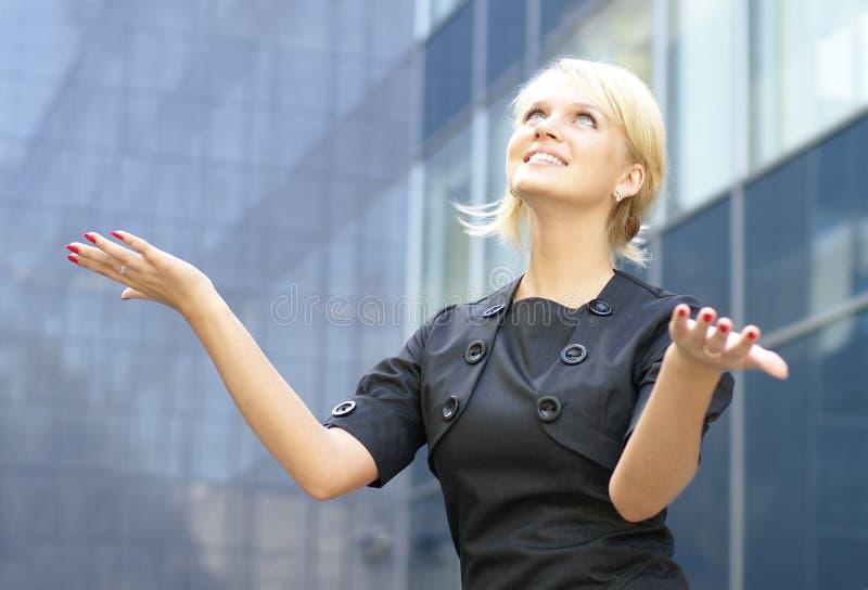 детеныши женщины успеха дела счастливые показывая стоковое фото