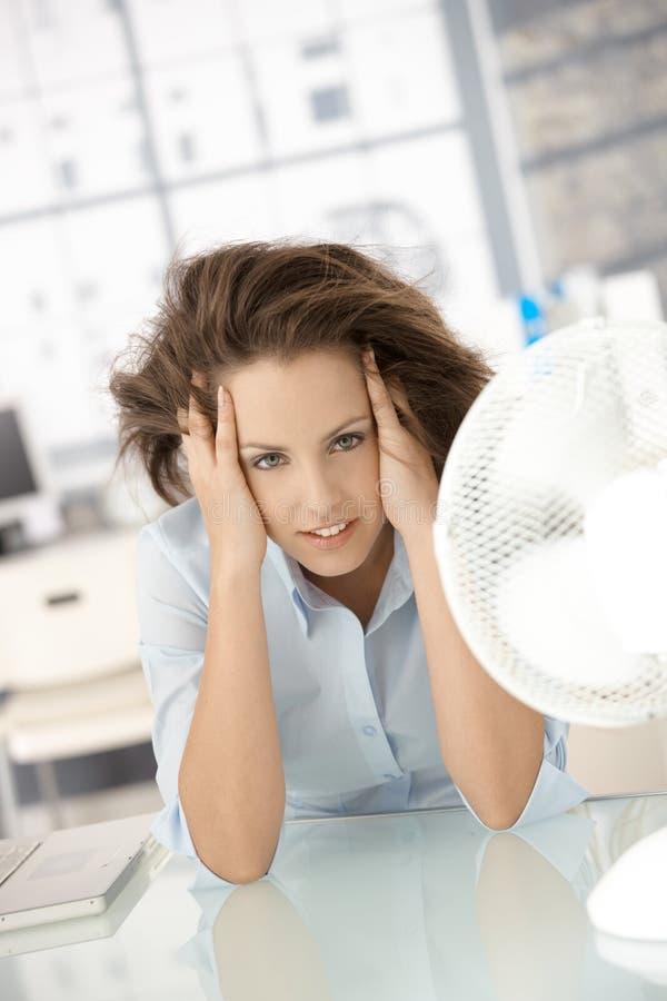детеныши женщины фронта себя охлаждающего вентилятора сидя стоковое фото rf