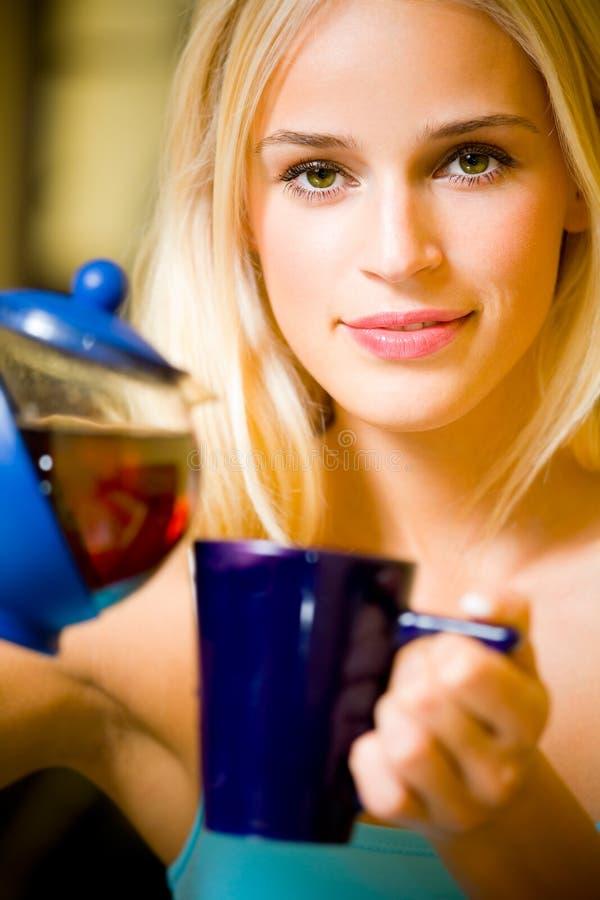 детеныши женщины чайника стоковое фото rf