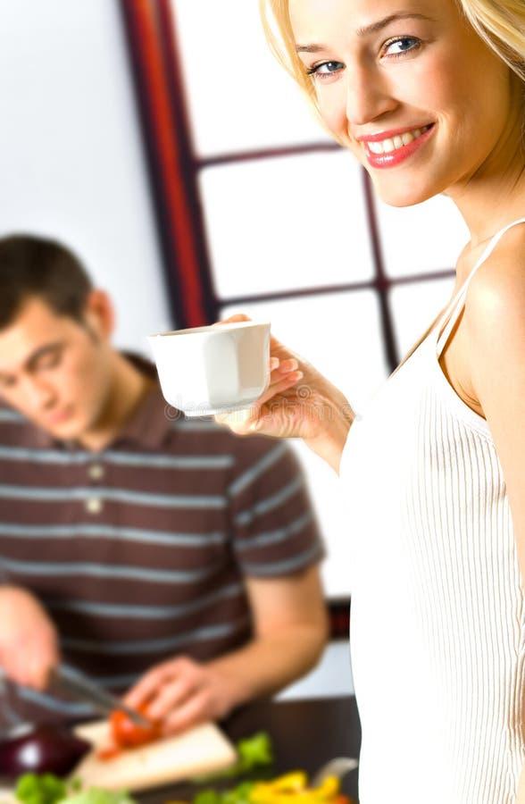 детеныши женщины чашки стоковая фотография