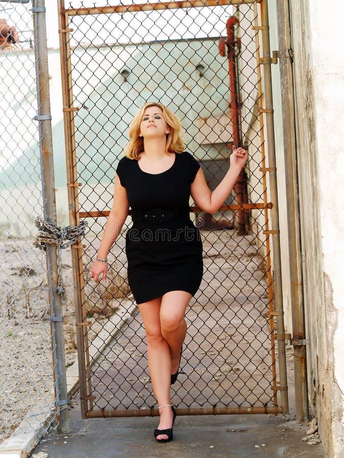 детеныши женщины черного кавказского платья толстенькие стоковые изображения rf