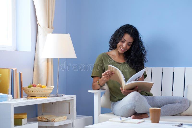 детеныши женщины чтения кассеты стоковое фото rf