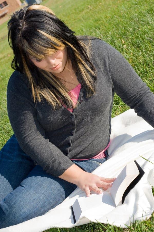 детеныши женщины чтения стоковое изображение rf