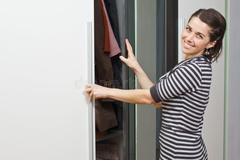 детеныши женщины шкафа стоковое фото