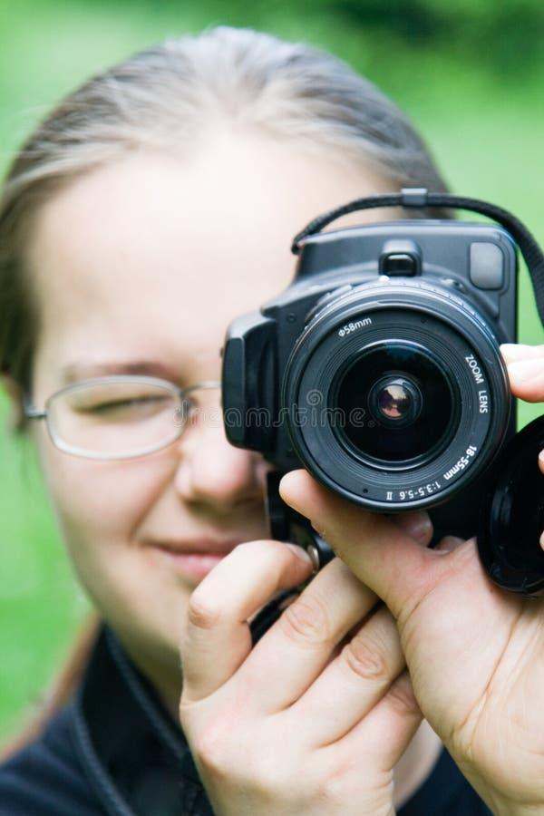 детеныши женщины dslr камеры стоковое фото