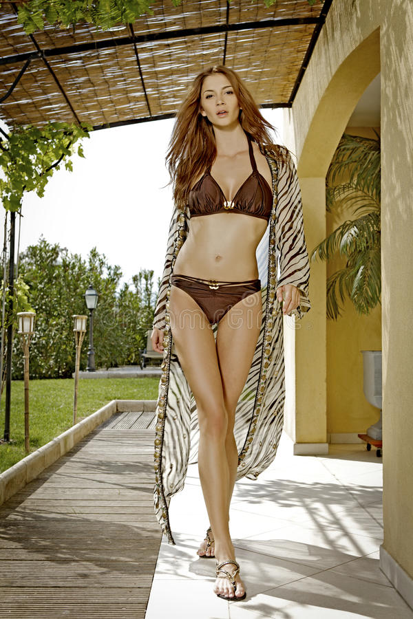 детеныши женщины swimsuit чувственности стоковое изображение rf