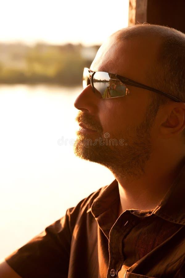 детеныши захода солнца портрета om человека стоковые изображения rf