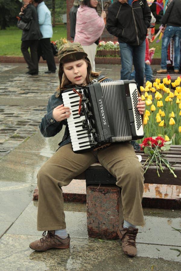 детеныши игрока аккордеони стоковая фотография rf