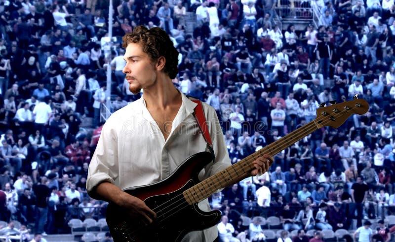 детеныши игрока басовой гитары стоковое изображение