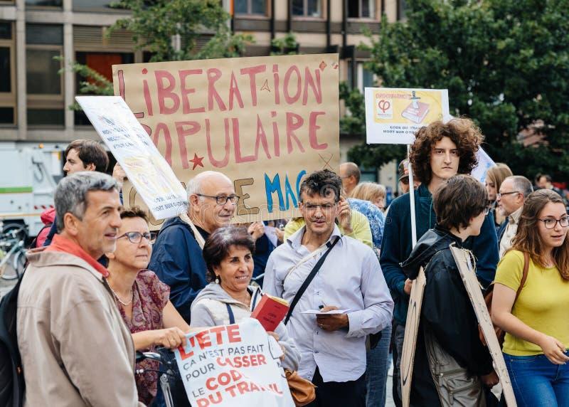 Детеныши и старшии на протесте в Франции против macron стоковое фото rf