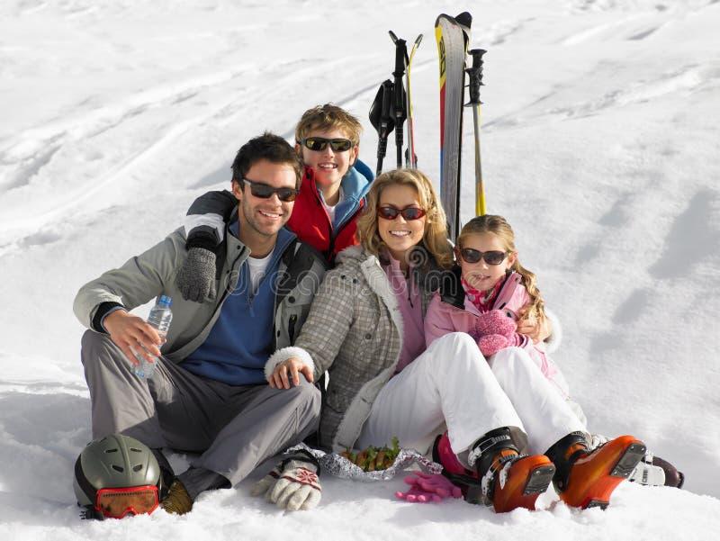 детеныши каникулы лыжи семьи стоковые изображения