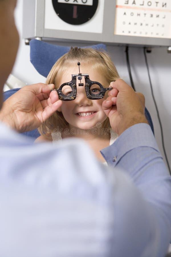 детеныши комнаты optometrist девушки экзамена стоковое изображение rf