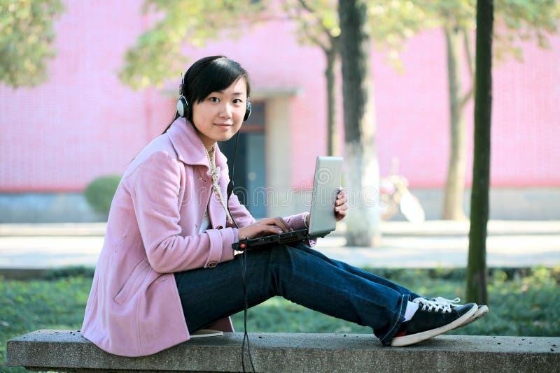 детеныши компьтер-книжки девушки стоковое фото rf