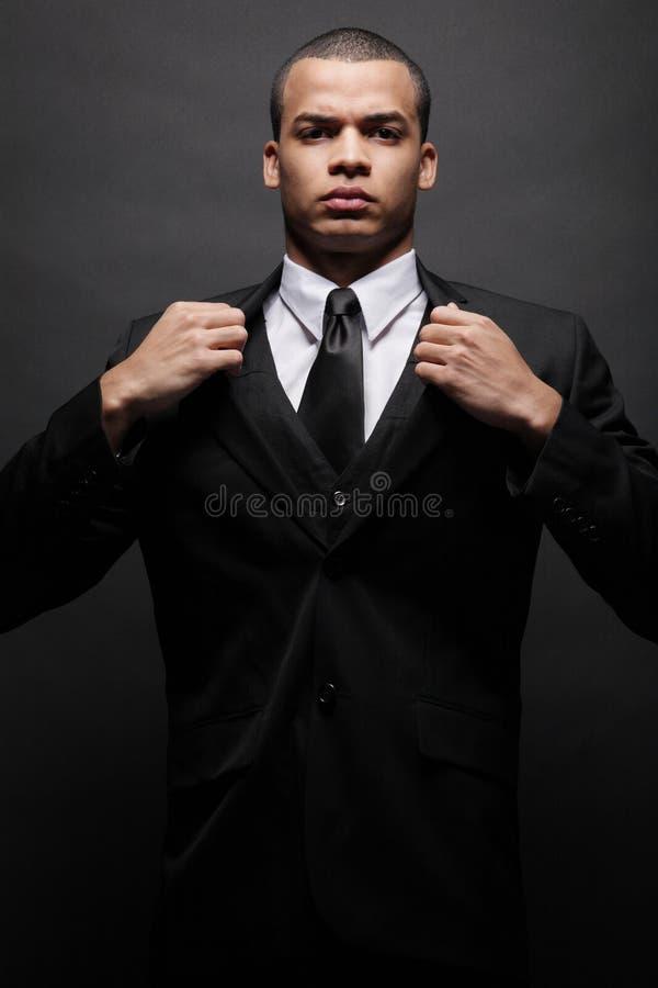 детеныши костюма бизнесмена афроамериканца черные стоковое изображение