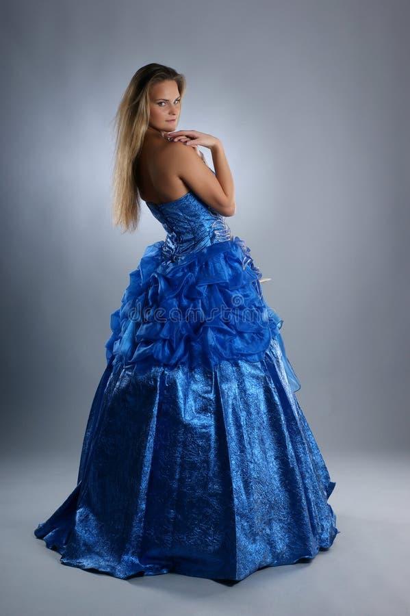 детеныши красивейшего белокурого голубого платья сексуальные стоковое фото rf