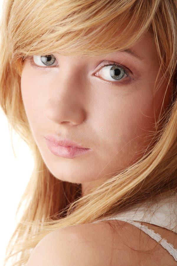 детеныши красивейшей белокурой девушки предназначенные для подростков стоковое фото