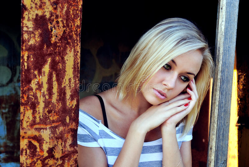 детеныши красивейшей девушки унылые стоковые фото