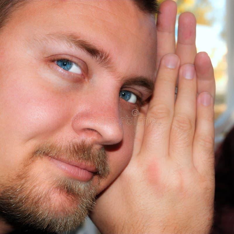 детеныши красивого человека глаза контакта сильные стоковые изображения rf