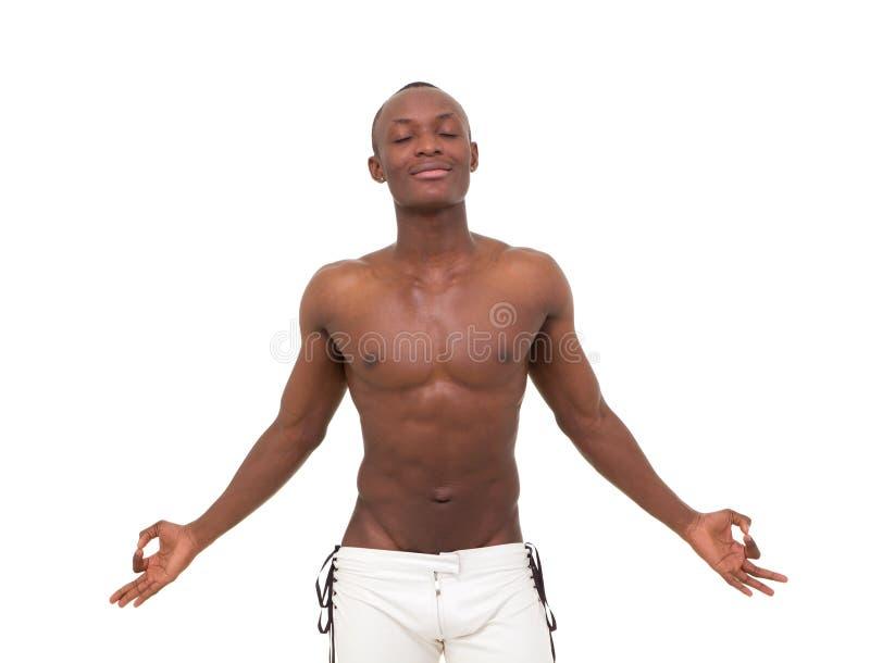 детеныши красивого человека meditating стоковая фотография