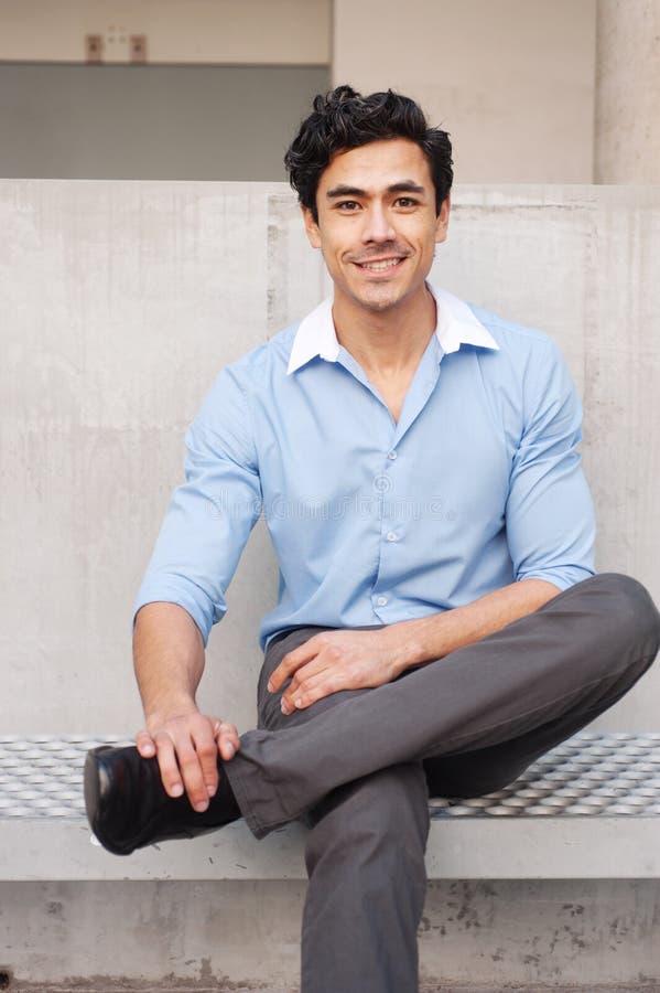 детеныши красивого latino бизнесмена профессиональные стоковое изображение