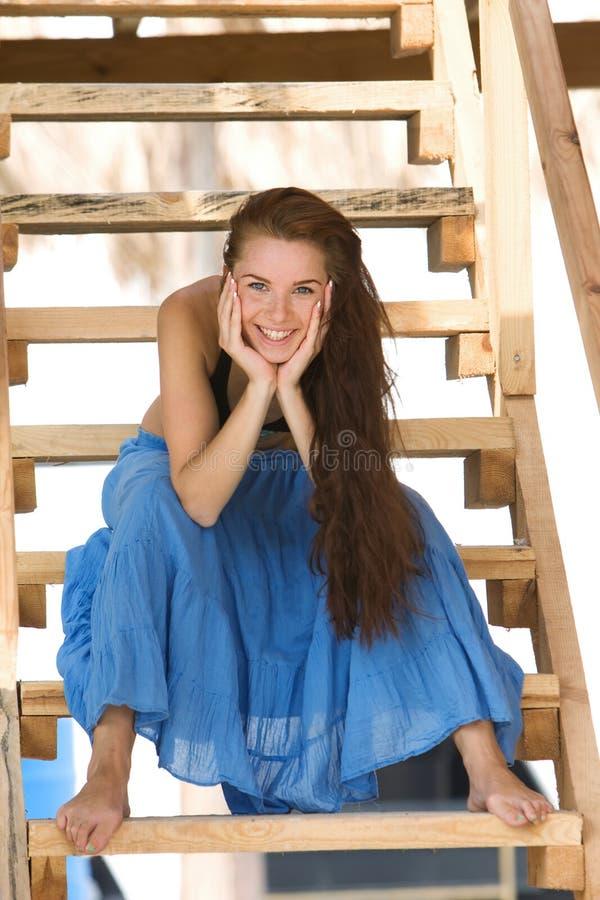 детеныши лестниц девушки сидя деревянные стоковая фотография