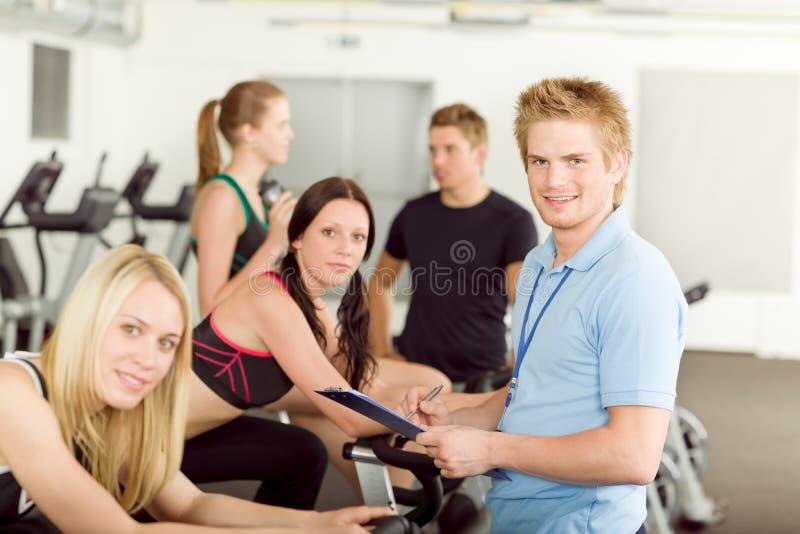 детеныши людей инструктора гимнастики пригодности закручивая стоковые изображения