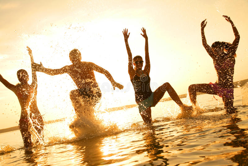детеныши людей танцы пляжа стоковые фотографии rf