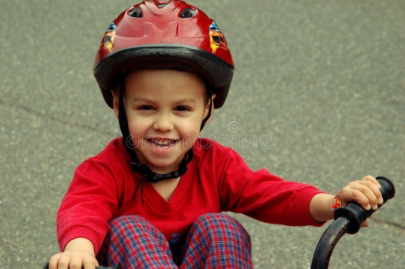 детеныши мальчика велосипеда стоковые изображения