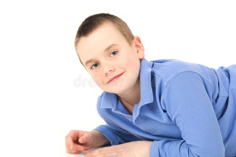детеныши мальчика лежа стоковые изображения